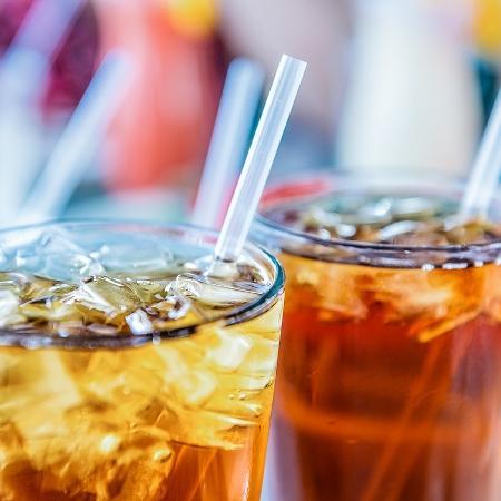 Água, chás e sucos naturais são consideradas opções melhores para a saúde - ablokhin/iStock