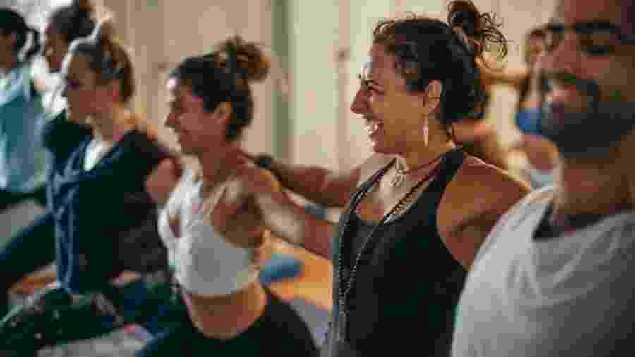 As aulas de yoga dance combinam movimentos de dança, posturas de ioga e técnicas de respiração - Reprodução do Instagram @fernandacunhayoga