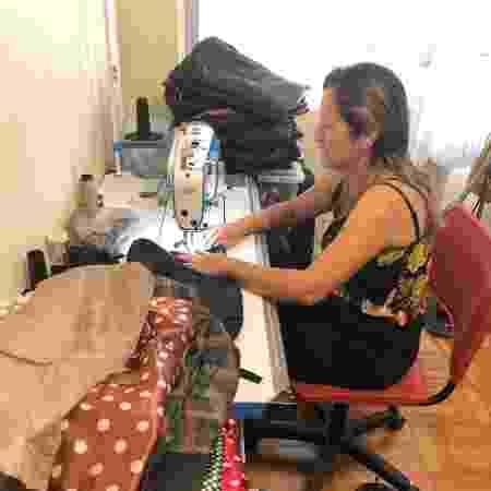 Costureira faz peças com restos de nylon de sombrinhas  - Divulgação - Divulgação