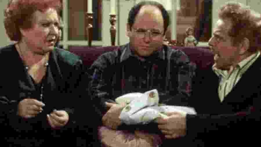 """Jerry Stiller, gritando como sempre, contracena com Estelle Harris e Jason Alexander em cena de """"Seinfeld"""" - Divulgação"""