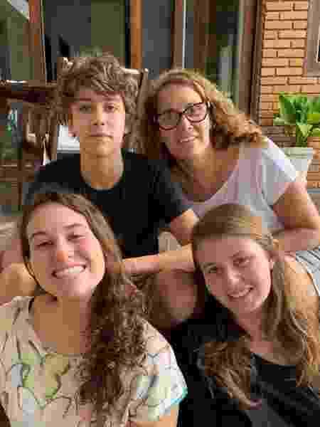 A publicitária Shirley Haint ao lado do filhos; eles fazem parte de programa de acolhida familiar - Arquivo Pessoal  - Arquivo Pessoal