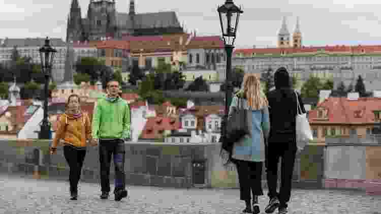 Sem multidões, a Ponte Carlos, em Praga, pode ser cenário de uma caminhada tranquila - Getty Images - Getty Images