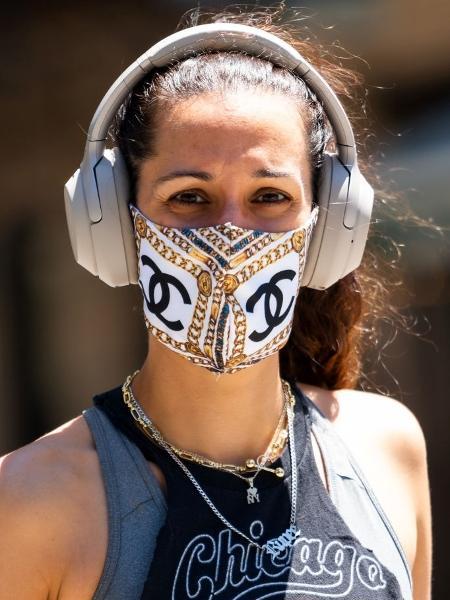 Mulher usa máscara da Chanel na Times Square, em Nova York - Gotham/Getty Images