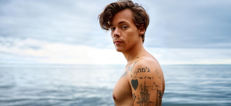 O cantor Harry Styles foi fotografado durante as gravações de um vídeo com a peça da Gucci - Divulgação