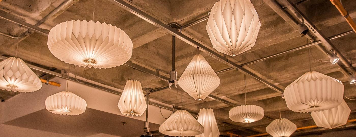 Luminárias de papel são criadas a partir de dobraduras pelas mãos da artista Caroles Gonzaga - Augusto Kuba