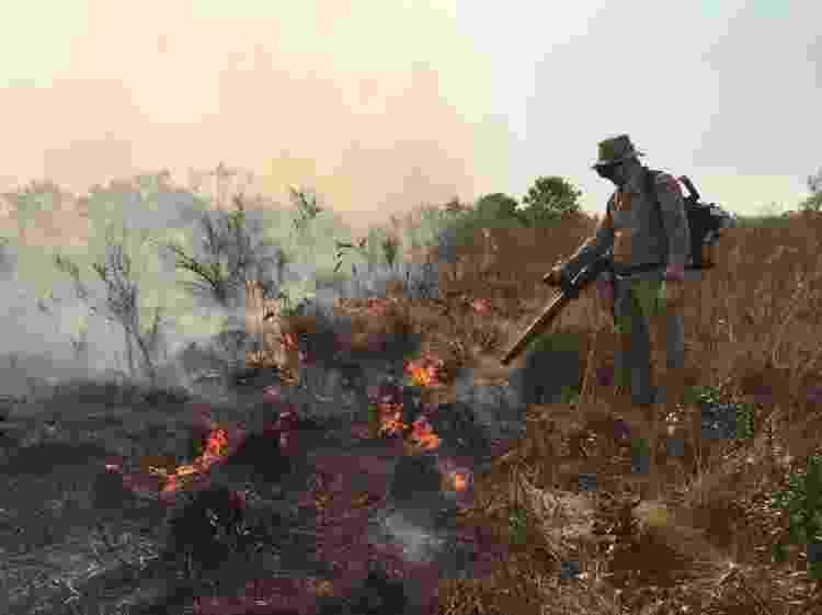 Bombeiro em combate a foco de incêndio em Bonito - Corpo de Bombeiros Militar de Mato Grosso do Sul (CBMMS) - Corpo de Bombeiros Militar de Mato Grosso do Sul (CBMMS)