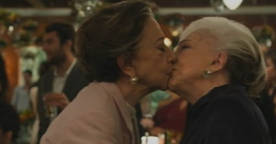 28.ago.2015 - Teresa (Fernanda Montenegro) e Estela (Nathalia Timberg) se declaram e dão beijo no casamento de Regina (Camila Pitanga) e Vinícius (Thiago Fragoso)
