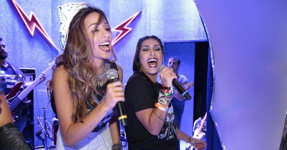 """25.set.2015 - Ex-BBBs Talita e Amanda se divertem em karaokê de camarote no Rock In Rio. Segundo a agência AgNews, as duas cantaram as músicas """"A mais Pedida"""" e """"Mulher de Fases"""", do Raimundos"""