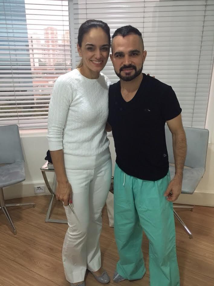 23.nov.2015- Cantor Luciano já com uma parte da cabeça raspada indo para o centro cirúrgico ao lado da médica Maria Angélica Muricy