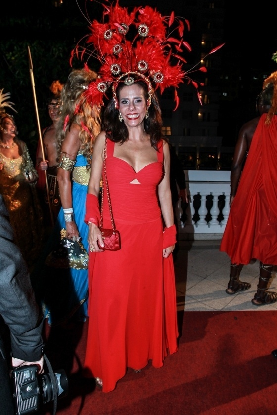 6.fev.2016 - A socialite Narcisa Tamborindeguy chega ao tradicional Baile do Copa