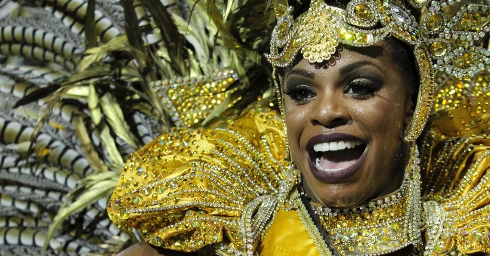 6.fev.2016 - Musa da Unidos do Peruche, que fez desfile lembrando os cem anos do samba