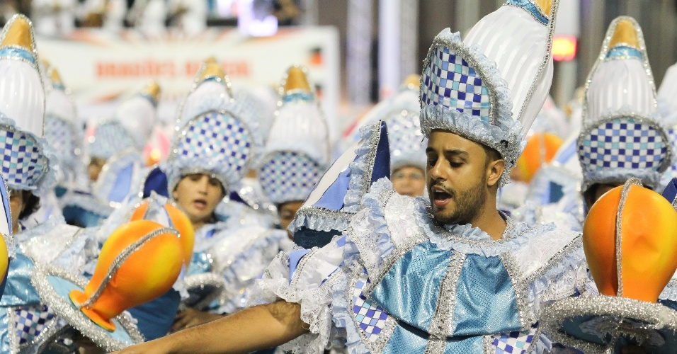 7.fev.2016 - Folião canta o samba-enredo da Dragões da Real, sobre dar e receber presentes