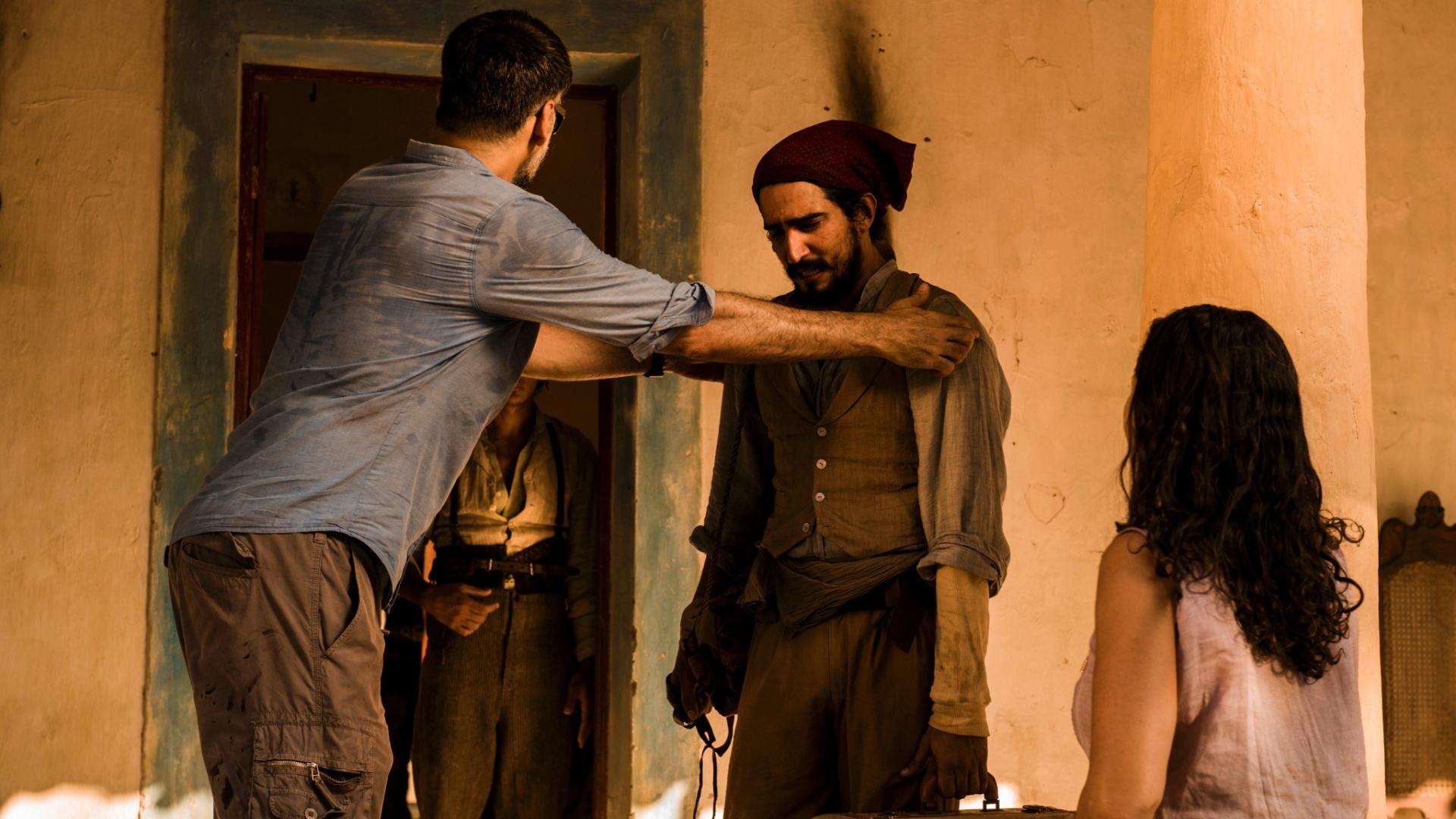 O diretor Luiz fernando Carvalho (esq.) dá instruções ao ator Renato Góes (Santo) durante gravação no interior de Alagoas.
