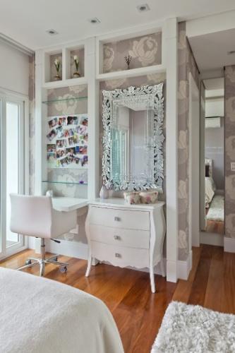 A área de estudos, nos quartos das gêmeas, tem papel de parede e prateleiras de vidro emolduradas pela marcenaria branca laqueada. O móvel também é penteadeira, com espelhos bisotados e painel magnetizado para fotos, bilhetes e recordações. A decoração é assinada pela arquiteta Carla Kiss
