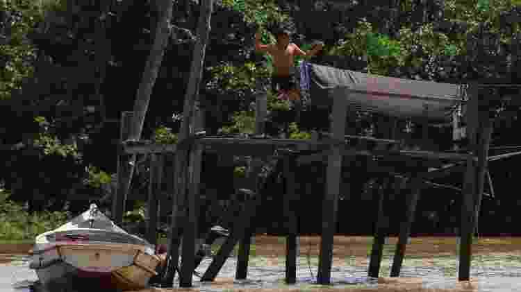 Garoto ribeirinho mergulha nas águas do Igarapé Combu, que cruza a Ilha do Combu, a 15 minutos de barco de Belém do Pará - Mácio Ferreira/Agência Pará/Divulgação - Mácio Ferreira/Agência Pará/Divulgação