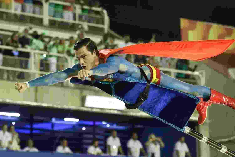 """Com o corpo pintado, o ator Paulo Dalagnoli se fantasia de Superman e """"voa"""" no desfile da Unidos do Viradouro sobre o universo infantil - Roberto Filho/Brazil News"""