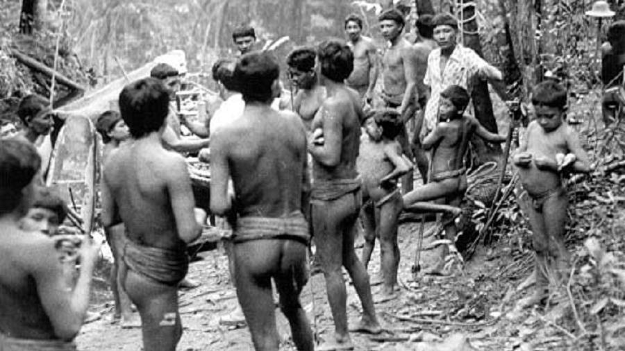 Imagem cedida pelo jornalista Edílson Martins mostra grupo de waimiris-atroaris na década de 70, durante a construção da BR-174 - Arquivo/Programa Waimiri-Atroari
