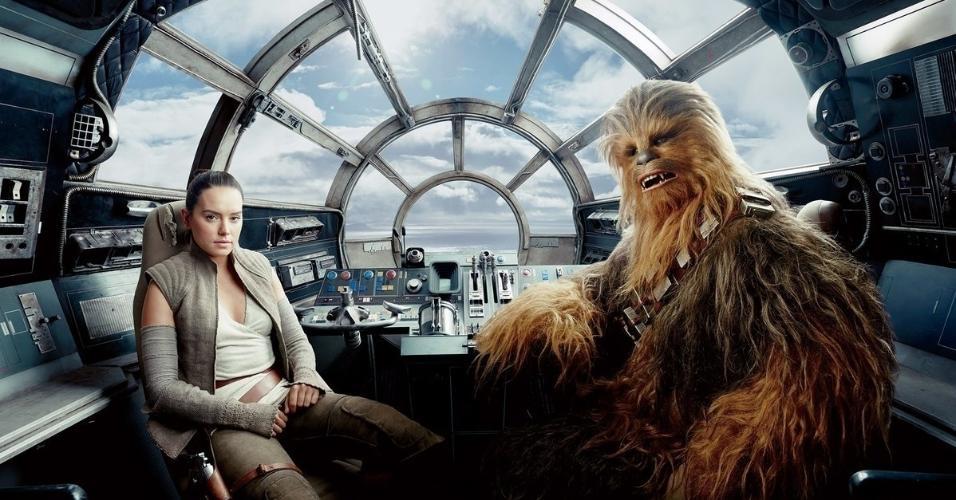 A bordo da Millennium Falcon, Daisy Ridley posa como Rey e Joonas Suotamo como Chewbacca
