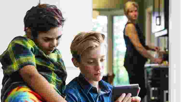 Para especialista, adultos precisam ajudar as crianças e adolescentes a fazerem uma reflexão crítica do conteúdo que veem online - Getty Images - Getty Images