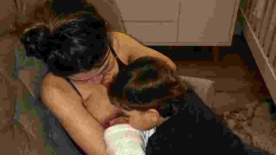 Sarah se emociona com o carinho do filho mais velho, José, com o bebê que acaba de chegar e foi batizado como João - Reprodução/Instagram/@jonathancouto