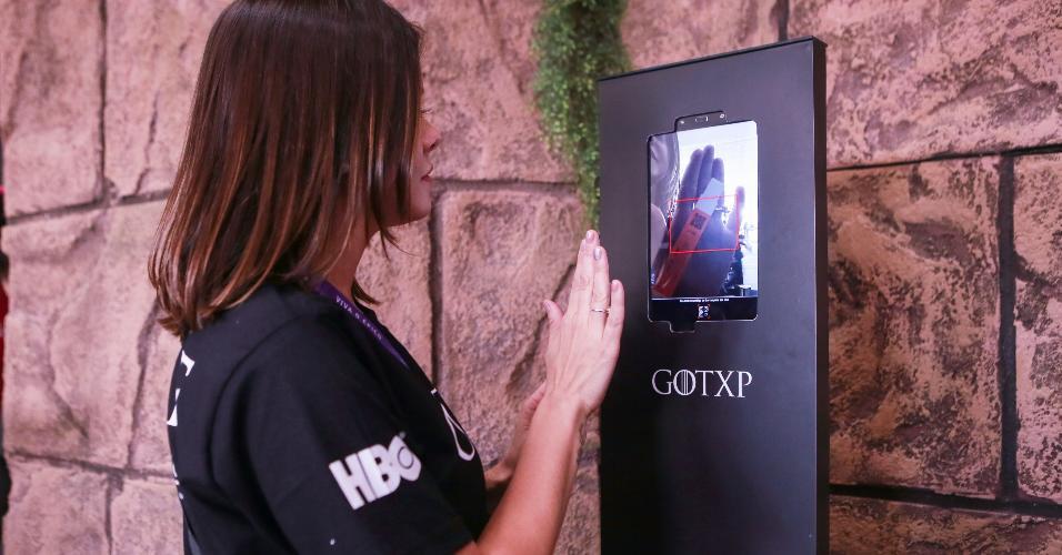 """É necessário marcar horário por meio de totens disponibilizados no lado de fora do estande da HBO para visitar a casa dos Sete Reinos de """"Game of Thrones"""""""