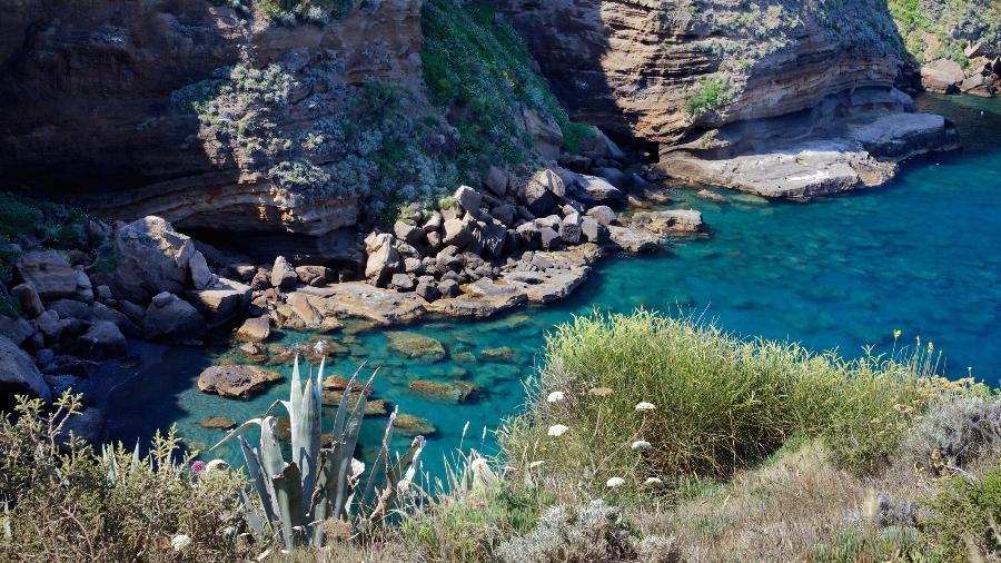 Vista do mar na ilha de Ventotene, na Itália - iStock