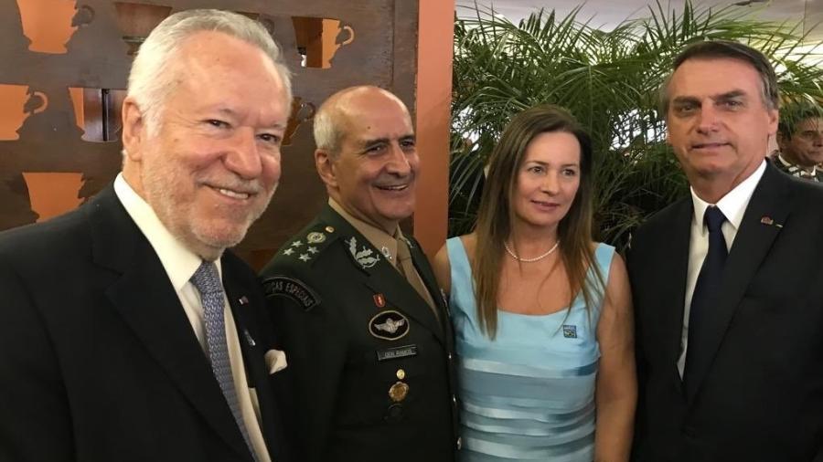 Alexandre Garcia encontra presidente Bolsonaro em evento militar - Reprodução/Twitter