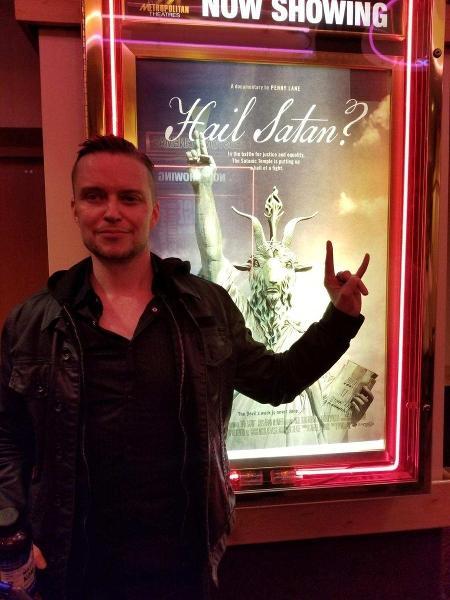 """Lucien Greaves comparece à estreia de """"Hail Satan?"""" em Sundance - Reprodução/Twitter"""
