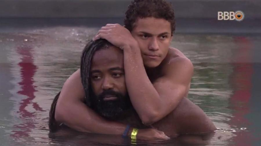 Rodrigo e Danrley se abraçam na piscina - Reprodução/GloboPlay