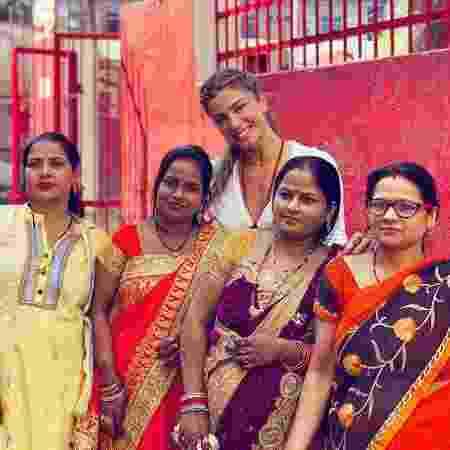 Grazi Massafera posa com mulheres indianas  - REPRODUÇÃO/INSTAGRAM