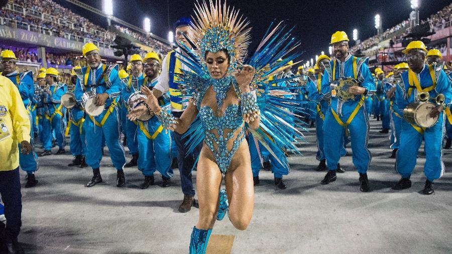 Em sua estreia como rainha de bateria da Unidos da Tijuca, que gastou R$ 85 mil, a cantora Lexa acabou levando um tombo daqueles - Delmiro Junior/Brazil News