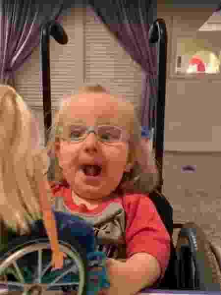 Reação de Ella Rogers ao ganhar uma Barbie que usa cadeira de rodas viralizou - Reprodução/Facebook