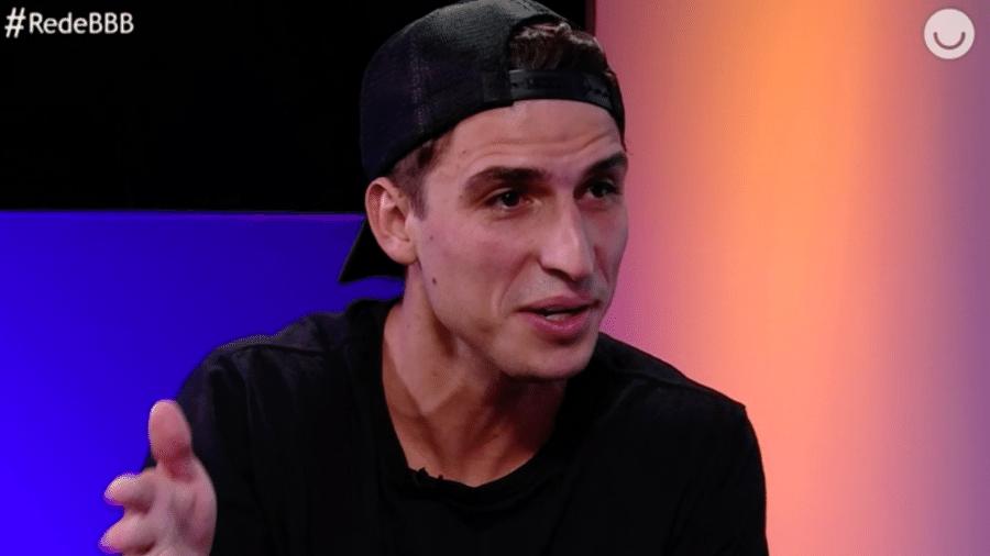 Felipe Prior durante entrevista com na Rede BBB - Reprodução/GloboPlay