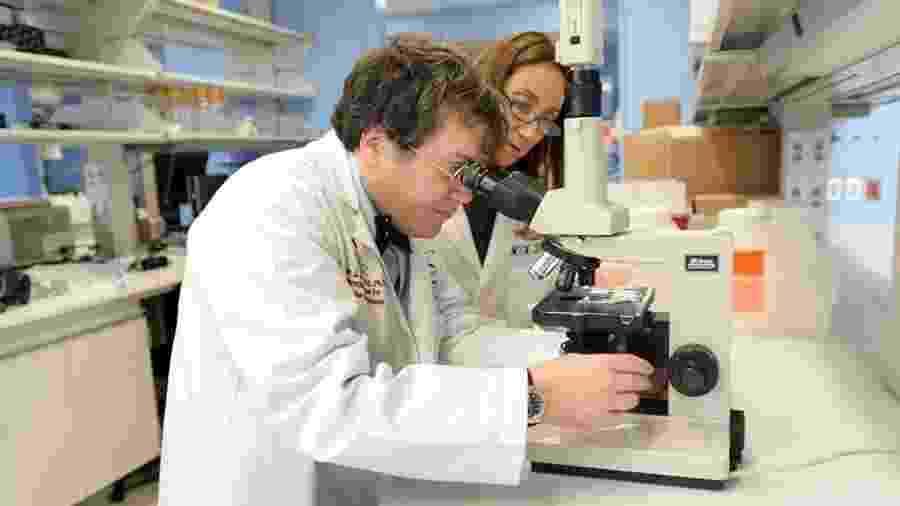 Os pesquisares María Elena Bottazzi (à direita) e Peter Hotez dirigem um laboratório nos EUA que criou uma vacina para a Sars, doença causada por outro coronavírus - Anna Grove Photography