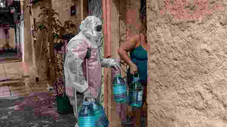 Entrega de água na Cidade de Deus pelo projeto social Frente CDD, formado por moradores  - Divulgação - Divulgação