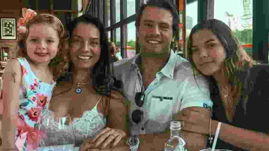 Mônica Carvalho com a família: o marido Alaor Paris e as filhas Valentina e Yaclara - Reprodução/Instagram