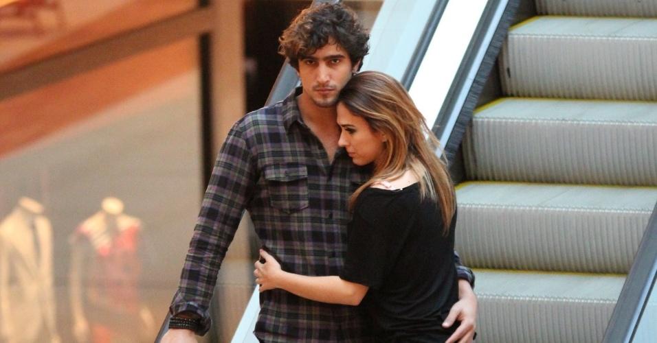 21.jun.2015-  Tatá Werneck aproveita o domingo no Rio com tarde romântica no shopping ao lado do namorado, o ator Renato Góes
