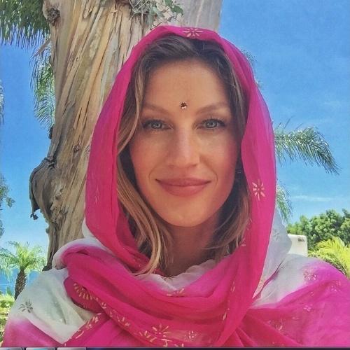 09.jul.2015- Gisele Bündchen posa com um lenço rosa e usando ajña, conhecido como terceiro olho, no rosto: