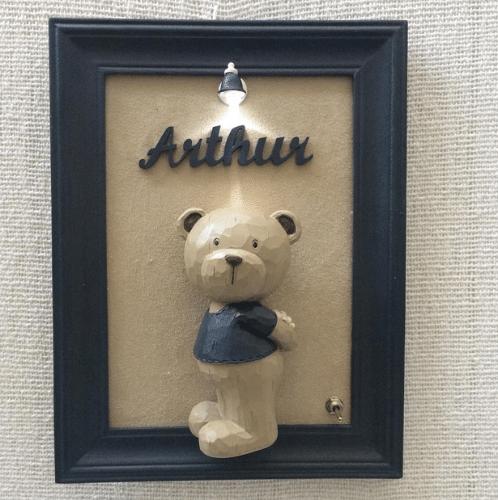 Quadro com ursinho e moldura de resina, da Rosaria Cunha (www.rosariacunha.com.br). R$ 450. Preço pesquisado em agosto de 2015 e sujeito a alterações