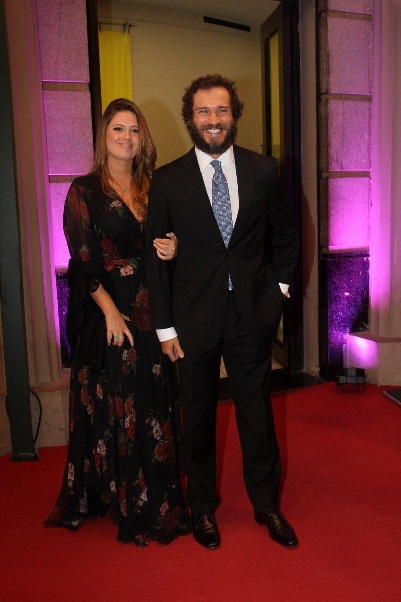 1º.out.2015 - O ator Paulo Rocha e sua mulher chegam para a exibição de