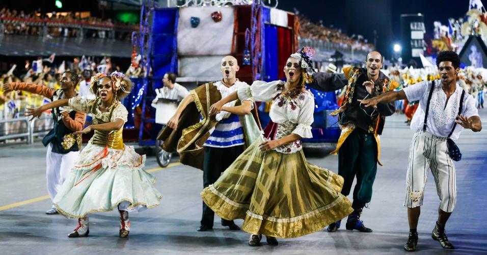 7.fev.2016 - Comissão de frente da Vai-Vai representa os saltimbancos franceses. A escola homenageou a França no segundo dia de desfiles do Carnaval de São Paulo