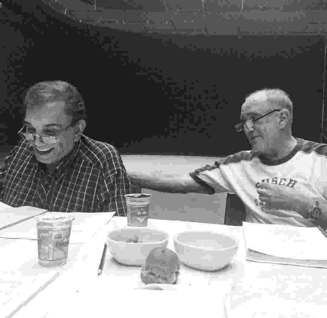 """20.fev.2016 - Dedé Santana e Renato Aragão se reúnem para leitura de texto de """"Os Saltimbancos Trapalhões 2 - Rumo a Hollywood"""" - Reprodução/Instagram/leticia_colin_"""