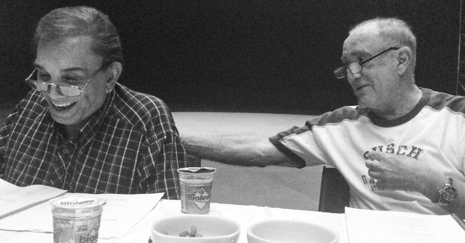 """20.fev.2016 - Dedé Santana e Renato Aragão se reúnem para leitura de texto de """"Os Saltimbancos Trapalhões 2 - Rumo a Hollywood"""""""