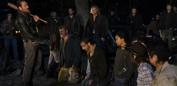 """Negan (Jeffrey Dean Morgan) ameaça o grupo de Rick (Andrew Lincoln) na cena final da sexta temporada de """"The Walking Dead"""" - Reprodução/AMC"""