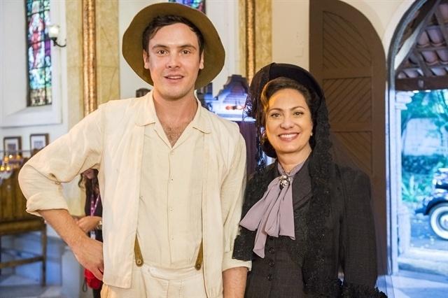 Candinho (Sérgio Guizé) e a mãe, Anastácia (Eliane Giardini), em