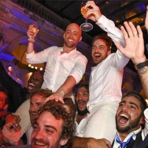 Paulo Gustavo e Thales Bretas são carregados por amigos durante o casamento - Reprodução /Instagram /thalesbretas