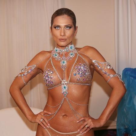 Lívia Andrade, madrinha da bateria da Império de Casa Verde, na preparação para o desfile - Iwi Onodera/UOL