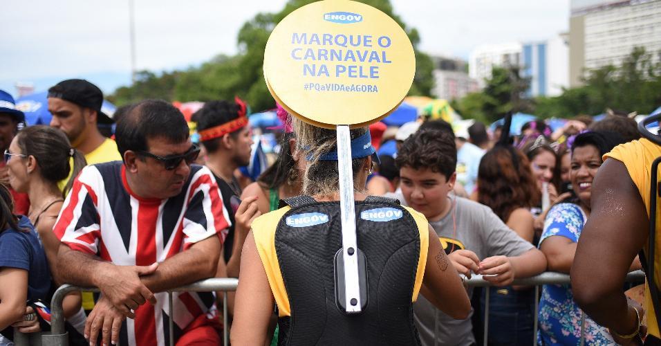 Foliões receberam tatuagem temporária enquanto brincavam Carnaval no Aterro do Flamengo, no Rio de Janeiro