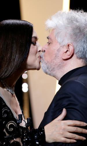 A mestre de cerimônias Monica Bellucci e o presidente do júri Pedro Almodóvar trocam selinho antes da premiação do 70º Festival de Cannes