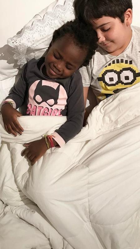 Titi, filha de Bruno Gagliasso e Giovanna Ewbank, finge dormir ao lado do priminho - Reprodução/Instagram